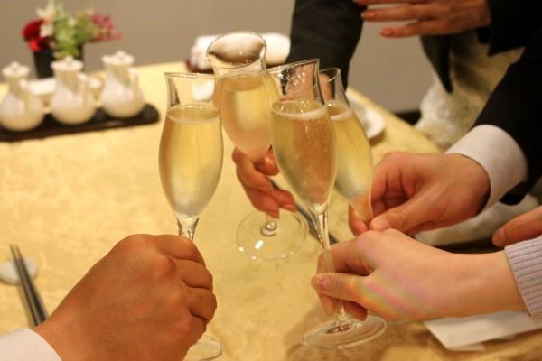 食事の前はスパークリングワインで乾杯